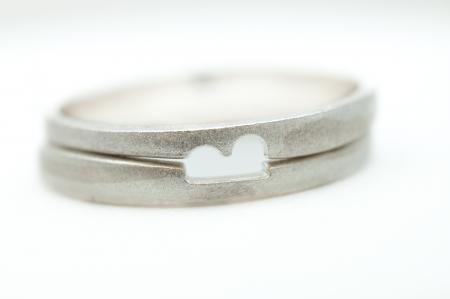 Op elkaar passende trouwringen zilver