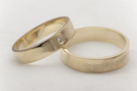Textuur trouwringen geelgoud